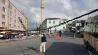 ELEKTRİK DİREĞİ - Yola Sarkan Kablonun Altından Geçen Kamyonet Sürücüsü Canını Hiçe Saydı