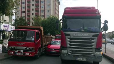 Beşiktaş'ta Otomobil Kamyonların Arasında Sıkıştı