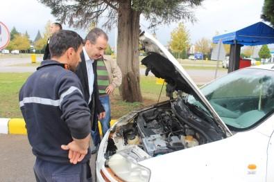 Kaldırıma Çarparak Yanan Otomobili Vatandaşlar Söndürdü