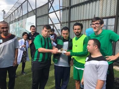 Özel Öğrencilerden Futbolculara Pasta İkramı