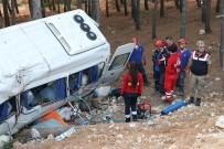 KUYULAR - Yolcu Minibüsü Şarampole Uçtu Açıklaması 1 Ölü, 11 Yaralı
