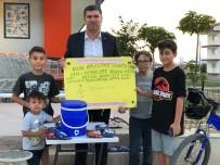 Limonata Satarak Sokak Hayvanlarına Bakıyor