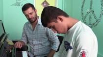 MÜZİK ÖĞRETMENİ - Görme Engelli Arkadaşların Yollarını Müzik Aydınlatıyor