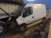 HITIT ÜNIVERSITESI - Minibüs Kamyona Ok Gibi Saplandı  Açıklaması 2 Yaralı