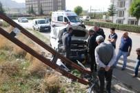 Elektrik Direğine Çarpan Otomobilde Anne Ve Çocuğu Yaralandı