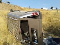 MEHMET UZUN - Hafif Ticari Araç Şarampole Yuvarlandı Açıklaması 1 Ölü, 2 Yaralı