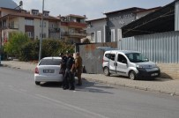 ŞÜPHELİ ARAÇ - Polisten Kaçan Şüpheli Otomobil Sivil Polis Aracına Ve Direğe Çarpınca Yakalandı