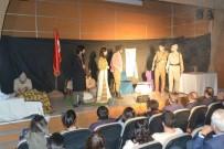 Ardahan'da 'Ateşten Gömlek' Adlı Tiyatro Oyunu Sergilendi