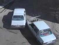 BEBEK ARABASI - Otomobilin Bebek Arabasıyla Yürüyen Çifte Çarptığı O Anlar Kamerada