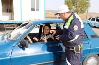 SOLMAZ - 65 Yaşındaki Kadın Sürücü, Erkek Şoförlere Taş Çıkartıyor