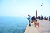 BALIK TUTMAK - Amatör Balıkçılar Sahile Akın Etti