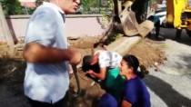 KÖPEK YAVRUSU - Beton Boru İçindeki Köpek Ve Yavruları Kurtarıldı