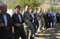 Aktütün'de Asker Vatandaş Kol Kola Halay Çekti