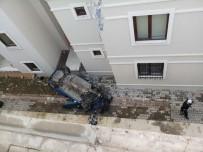 Otomobil 5 Metreden Apartman Boşluğuna Düştü Açıklaması 1 Yaralı