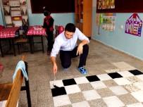 SATRANÇ TURNUVASI - Duyarlı Öğretmen, Öğrencileri İçin Pet Şişeleri Keserek Satranç Takımı Yaptı