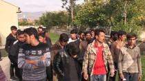 ŞEHİRLERARASI OTOBÜS - Erzincan'da 98 Düzensiz Göçmen Yakalandı