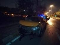 TİCARİ TAKSİ - Ticari Taksi İle Otomobil Çarpıştı Açıklaması 2 Yaralı