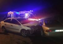 Yağmur Nedeniyle Kayganlaşan Yolda İki Otomobil Çarpıştı Açıklaması 4 Yaralı