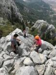 Kurtlardan Kaçarken Kayalıklarda Mahsur Kalan Keçiler Kurtarıldı