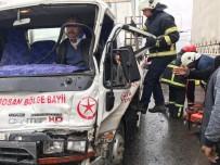 Tırla Çarpışan Kamyonette Sıkışan Sürücü İtfaiye Ekiplerince Çıkartıldı