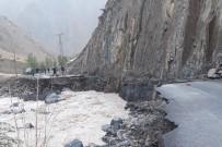 Hakkari Kırıkdağ Köyünde Sel Açıklaması 6 İşçi Mahsur Kaldı