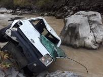 Kamyonet Irmağa Uçtu Açıklaması 3 Yaralı
