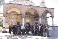 Kız Öğrenciler Tarihi Camiyi Temizledi