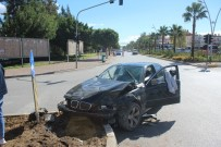IŞIK İHLALİ - Manavgat'ta Trafik Kazası Açıklaması 3 Yaralı