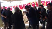 ALİ İHSAN SU - Bakan Kurum Şehidin Babasına Türk Bayrağı Ve Kur'an-I Kerim Hediye Etti