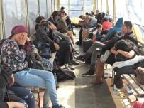 KÜÇÜK ÇOCUK - Çeşme'de 92 Kaçak Göçmen Yakalandı
