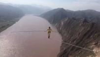 İP CAMBAZI - Çin'de Sarı Nehir Üzerindeki İpte Nefes Kesen Yürüyüş