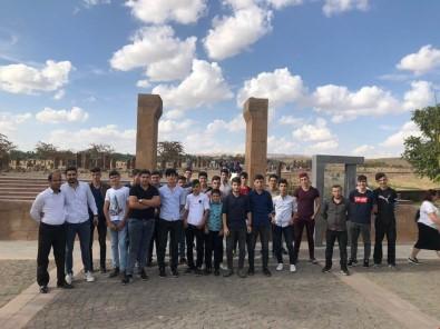 Sasonlu Gençler Ahlat'ta Selçuklu Mezarlığı'nı Gezdi