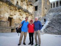ASPENDOS - Sandalyesiyle Fotoğraflarına İmzasını Atan Dünyaca Ünlü Fotoğrafçı Antalya'yı Tanıtıyor