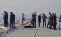 DENİZ POLİSİ - Yenikapı'da Denizden Erkek Cesedi Çıkarıldı