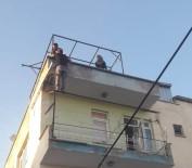 İTFAİYE MERDİVENİ - Çatıdan Eve Girmek İstedi, Korkuluklarda Mahsur Kaldı