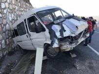 KARAHAYıT - Servis Aracı Şarampole Uçtu Açıklaması 6 Yaralı