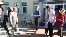 İSMAIL ÇORUMLUOĞLU - Hatalı Sürücüleri Uyaran Çocuğa Bisiklet Hediye Edildi