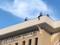 TAŞERON FİRMA - Paralarını Alamayan İşçiler Çatıya Çıktı