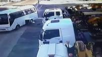 SERVİS OTOBÜSÜ - Otobüs Midibüse Böyle Çarptı