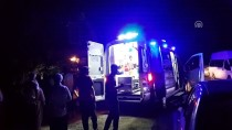 Otomobil Yol Ortasında Duran Traktöre Çarptı Açıklaması 3 Yaralı