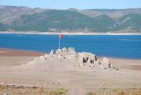 TÜRK BAYRAĞI - Su Seviyesi Düştü, Kayalık Ortaya Çıktı