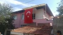 SÖZLEŞMELİ ER - Hakkari Şehidi Güngör'ün Baba Evine Türk Bayrakları Asıldı