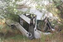 Kaçak Göçmenleri Taşıyan Minibüs Kaza Yaptı Açıklaması 30 Yaralı