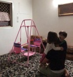 Minik Çocuklar Namaz Kılan Babalarına Yapmadığını Bırakmadı