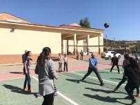İSMAIL USTAOĞLU - Vali Ustaoğlu, Öğrencilerle Voleybol Oynadı