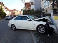 LÜKS OTOMOBİL - Fren Yerine Gaza Basınca Duvara Tosladı