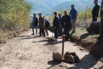 Köylüler Yol Geçen Arazilerine Kazık Çakarak Sınırlarını Belirledi