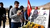 Üniversite Öğrencileri Şehit Sekin'in Kabrini Ziyaret Etti