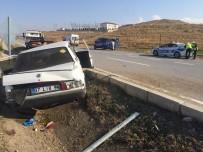 Otomobil Orta Bariyerlere Çarptı