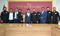 Türkiye Şampiyonluğu Kupasını Kaymakama Hediye Ettiler
